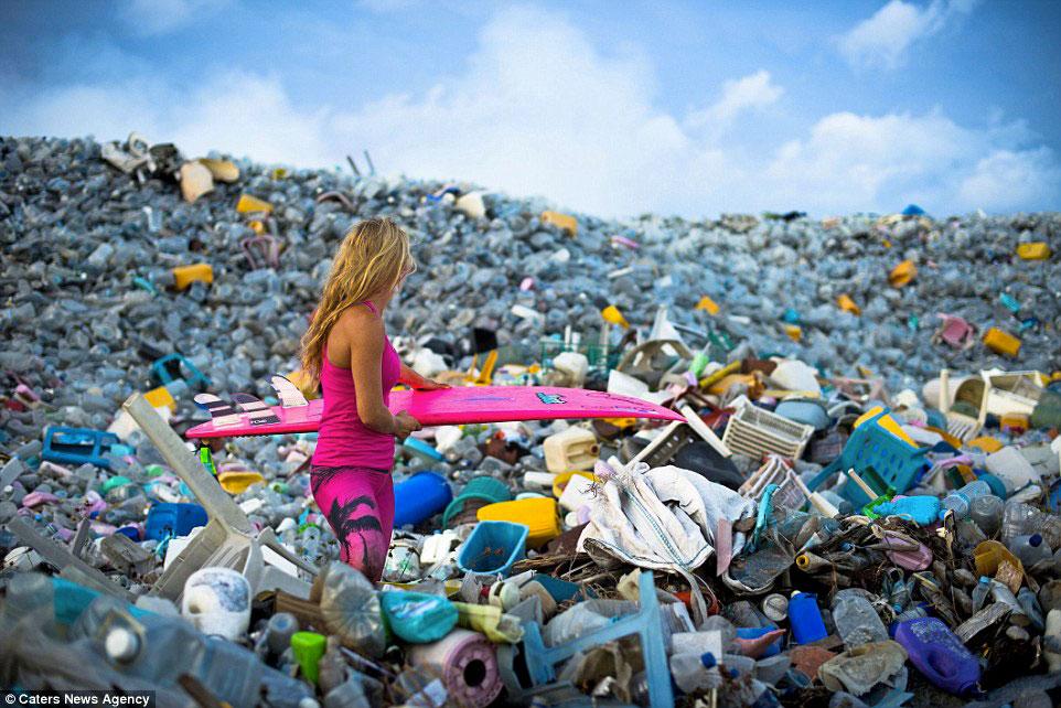 ambiente marino inquinato dalla plastica