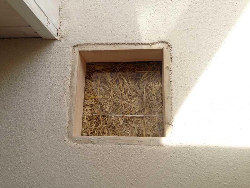 finestra della verità di una casa di paglia
