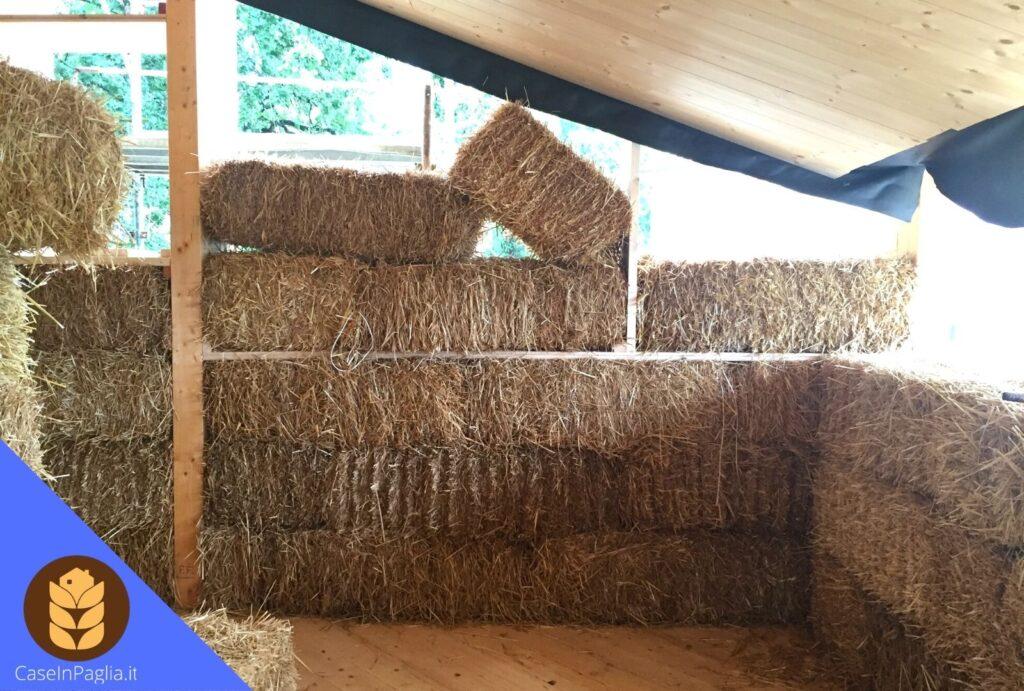 cantiere di un case ecologica in paglia di riso